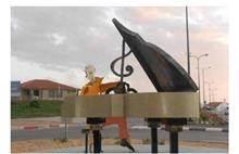 פסל חוץ נגן פסנתר