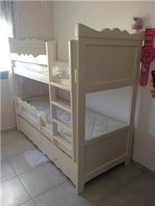 מיטת קומתיים מפוארת לבנה