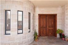 דלת עץ דו כנפית