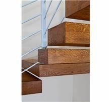 מדרגות מעץ מרחפות