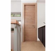 דלת עץ עם פסי רוחב