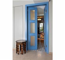 דלת כחולה בצביעה אומנותית