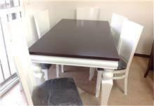 שולחן אוכל עם כסאות