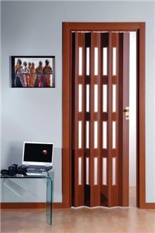 דלת אקורדיון עם שילובים דקורטיביים