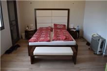 מיטה זוגית וספסל