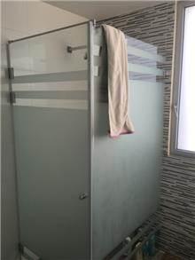 מקלחון זכוכית חלבית