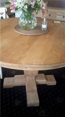 שולחן אוכל עגול וכפרי