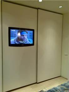 ארון הזזה עם מסך LCD