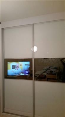 ארון הזזה עם מסך טלוויזיה - Doors