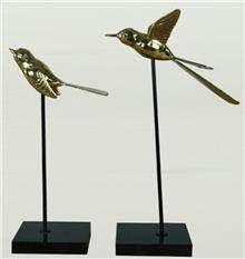 פסל ציפור יושבת