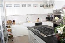 מטבח מעוצב בצבע לבן