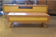 מזנון ושולחן צהובים