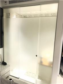 דלת מקלחון מעוטרת - קליר תעשיות זכוכית