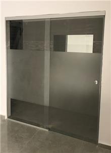 דלת הזזה מזכוכית - קליר תעשיות זכוכית