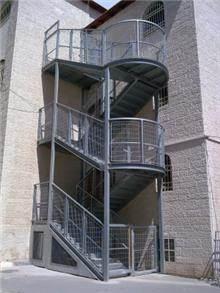 """מדרגות מתכת לבניין - מסגרית הדודים בע""""מ"""