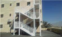 """מדרגות מתכת לבנות - מסגרית הדודים בע""""מ"""