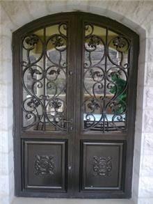 דלת מעוצבת לכניסת הבית