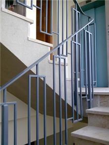 """מעקה לחדר המדרגות - מסגרית הדודים בע""""מ"""