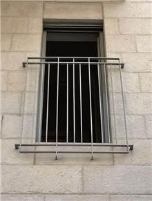 """מעקה ביטחון לחלון - מסגרית הדודים בע""""מ"""