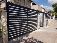 גדר חזית לבית - עולם הגידור - תכנון ויצור גדרות
