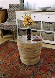 כסא הדום המורכב מלבני עץ וראטן - העץ הנדיב