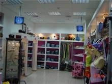 מסכים תלויים בחנות בגדים