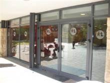 דלת פתיחה בשילוב קיר מסך