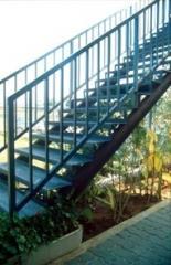 מדרגות עץ בשילוב מעקות בטיחות