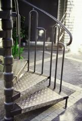 מדרגות לוליניות בשילוב פח תבליטים