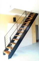 מדרגות עץ בהיר בגימור פשוט