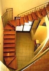 מדרגות עץ פינתיות דקורטיביות