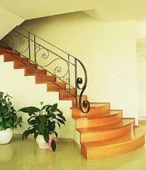מעקות מעוגלים בשילוב מדרגות רחבות