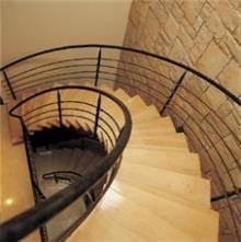 מדרגות לוליניות רחבות מעץ בהיר  - קו נבון