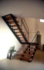 מדרגות עץ דובדבן בשילוב מעקות שחורים - קו נבון