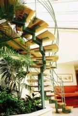 מדרגות עץ בשילוב בסיס פלדה