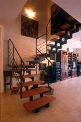 מדרגות עץ דובדבן בציפוי אפוקסיה - קו נבון