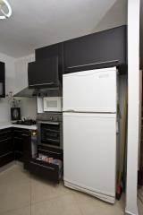 אחסון במטבח בצבע שחור