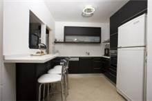 מטבח עץ בצבע שחור