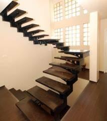מדרגות עץ כהה - קו נבון