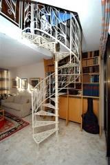 מדרגות לוליניות לבנות
