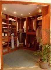 חדר ארונות עם תאורה פנימית