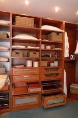 חדר ארונות עם מגירות רבות