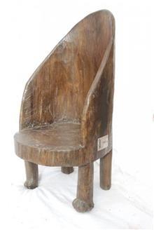 כסא עם משענת ייחודית