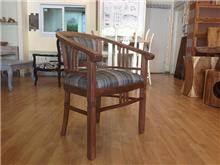 כסא מעץ מלא מרופד