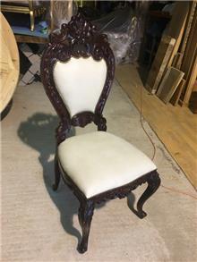 כסא מפואר מהגוני